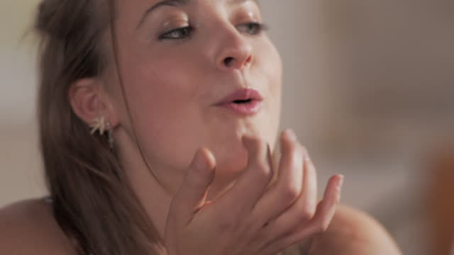stockvideo's en b-roll-footage met cu handheld woman eating chocolate - zoet voedsel