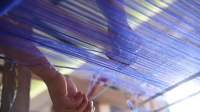 vídeos de stock, filmes e b-roll de handloom craft with extraordinary skills and craftsmanship - tecer