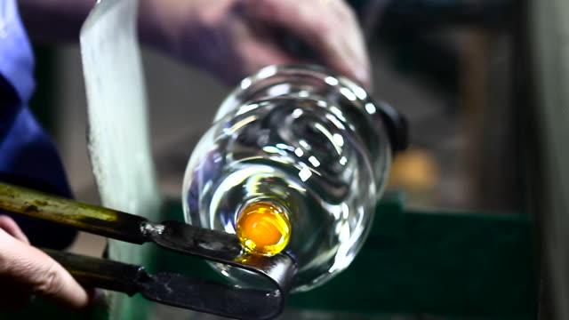 handmade crystal factory (hd) - glasbläser stock-videos und b-roll-filmmaterial