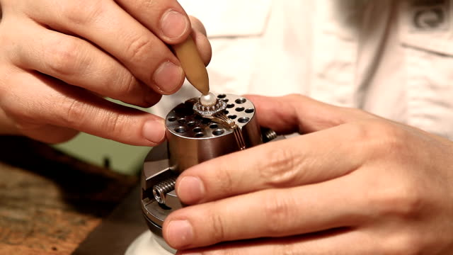 stockvideo's en b-roll-footage met handgemaakte ring met parel. afwerking op workshop - parel juwelen