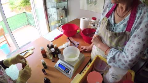 vidéos et rushes de savon artisanal, atelier de fabrication dans un studio - préparation