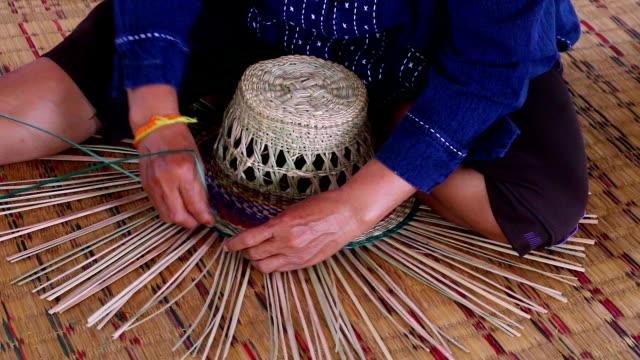 cappello in paglia fatti a mano - treccine video stock e b–roll