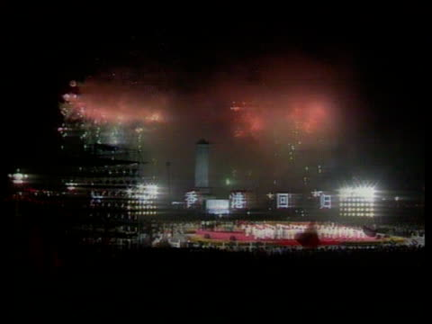 vidéos et rushes de handover events een itnchinese tv pool china beijing tiananmen square i/c chinese crowds cheering fireworks exploding over square soldiers standing... - joggeuse
