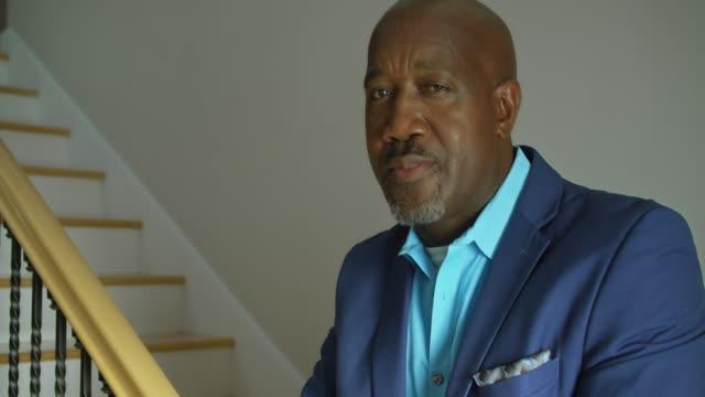 vídeos de stock, filmes e b-roll de mãos e face no homem de negócios confiável - afro americano