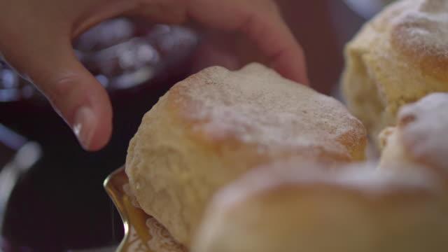 vídeos de stock e filmes b-roll de hands and scone at cafe - cor creme