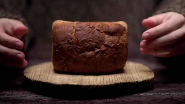 vidéos et rushes de mains, rompre le pain - âpre