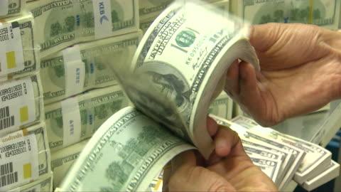 stockvideo's en b-roll-footage met hands checking a bundle of 100 dollar bills - overvloed
