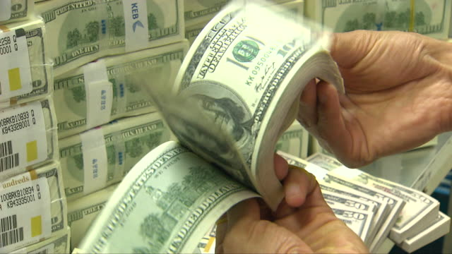 vídeos de stock, filmes e b-roll de hands checking a bundle of 100 dollar bills - abundância