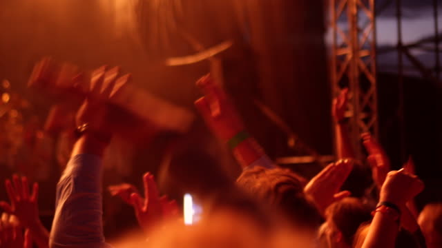 vídeos de stock, filmes e b-roll de palmas de mãos no ar em concerto - satisfação