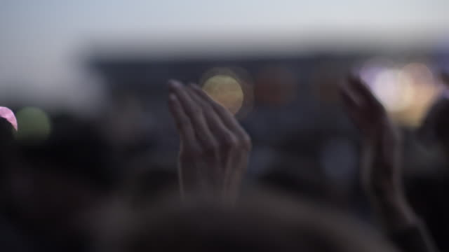 stockvideo's en b-roll-footage met hands clapping at an out door concert - vredesteken handgebaar