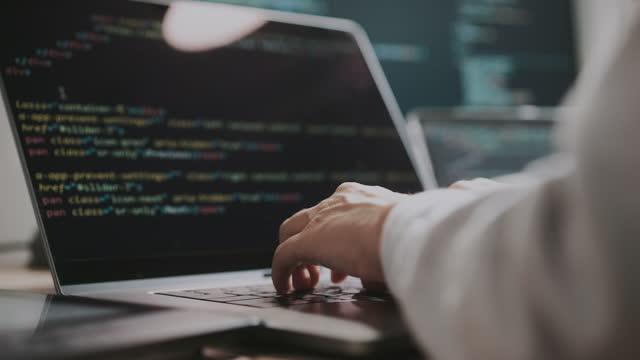 codifica delle mani sul laptop da vicino. donna che usa computer portatili. programmatore donna scrive codice - popolazione dell'asia orientale video stock e b–roll