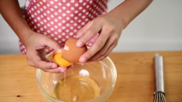vídeos y material grabado en eventos de stock de manos agrietamiento huevo, cámara lenta - obsesivo