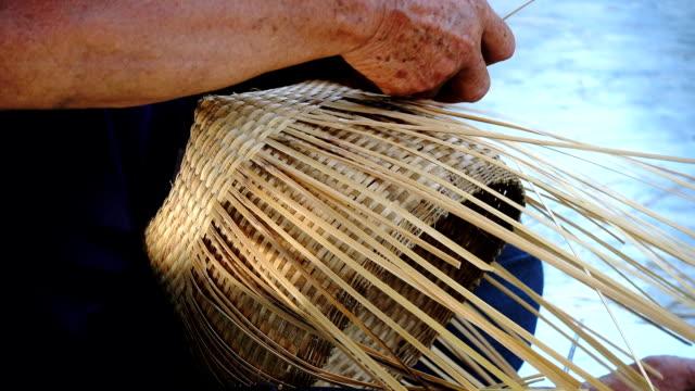 stockvideo's en b-roll-footage met handen craft voor geweven mand van inheemse bevolking - carving craft product