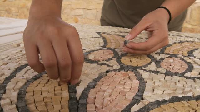 vídeos y material grabado en eventos de stock de hands  creating musaic,the good samaritan museum in israel/ steady cam shot - mosaico