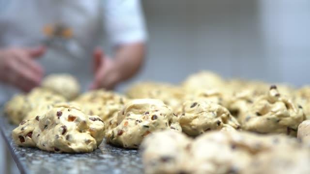 vídeos de stock, filmes e b-roll de mãos fazendo um panetone - comida doce
