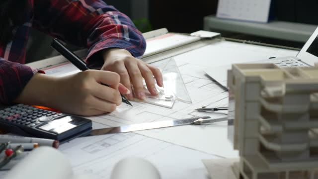 vídeos y material grabado en eventos de stock de manos de dibujo en plano - negocios finanzas e industria