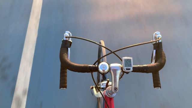 vídeos y material grabado en eventos de stock de ciclismo manos libres en carril bici - manillar