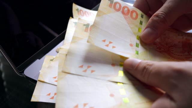 vídeos de stock, filmes e b-roll de preensão das mãos com as contas de dólar de hong kong - casa de câmbio