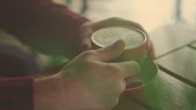 hände halten eine tasse kaffee - stock video - etwas herstellen stock-videos und b-roll-filmmaterial