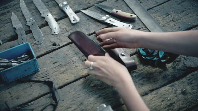 vídeos de stock e filmes b-roll de hands holding knife - genderblend
