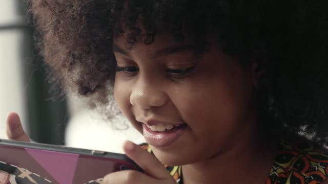 vidéos et rushes de mains retenant l'appareil mobile et jouant au jeu vidéo en ligne. - portability