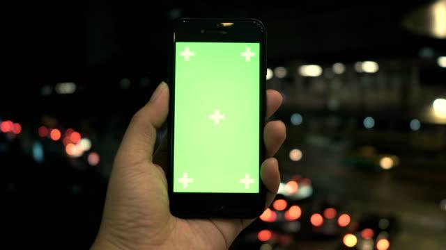 hände halten smartphone mit greenscreen-anzeige - subjektive kamera blickwinkel aufnahme stock-videos und b-roll-filmmaterial
