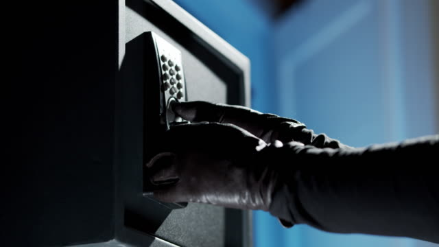 vídeos y material grabado en eventos de stock de las manos en guantes están tratando de abrir la caja de seguridad - ladrón de casas