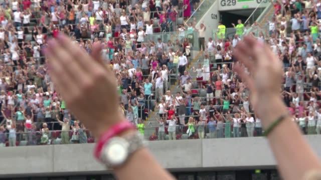 vídeos de stock e filmes b-roll de hands in the air - assento