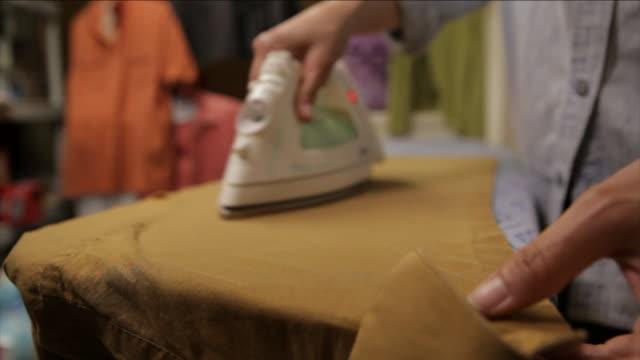 vidéos et rushes de hands iron clothing. - fer