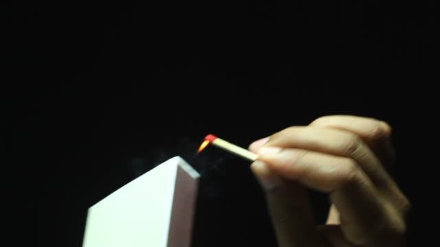 手を合わせた照明 - マッチ箱点の映像素材/bロール