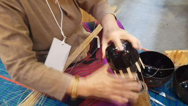 hände machen einen weidenkorb in chiang mai, thailand - korb stock-videos und b-roll-filmmaterial