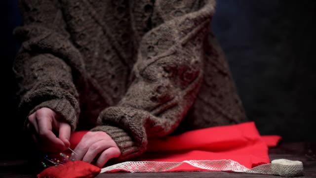 vídeos de stock e filmes b-roll de hands making edging lace - camisa com folhos