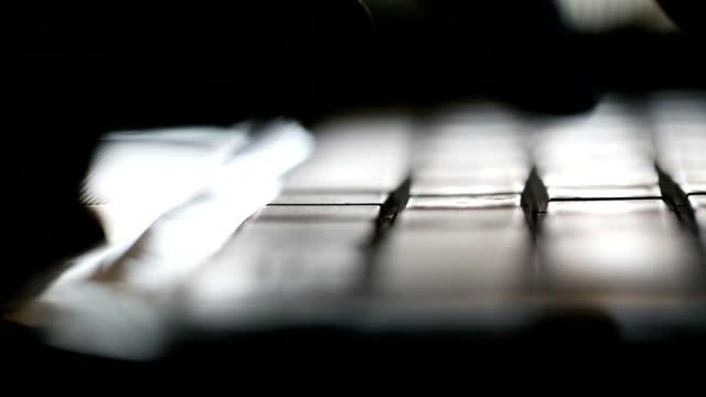 männliche typisierung computertastatur hände - nah stock-videos und b-roll-filmmaterial