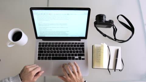 hands man using laptop and writing - surfa på nätet bildbanksvideor och videomaterial från bakom kulisserna