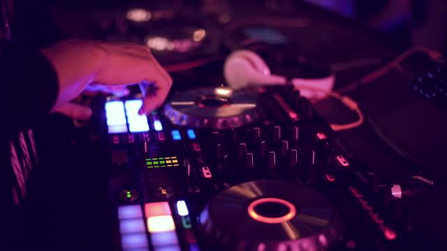 stockvideo's en b-roll-footage met de handen die van dj muziek in een club mengen - club dj