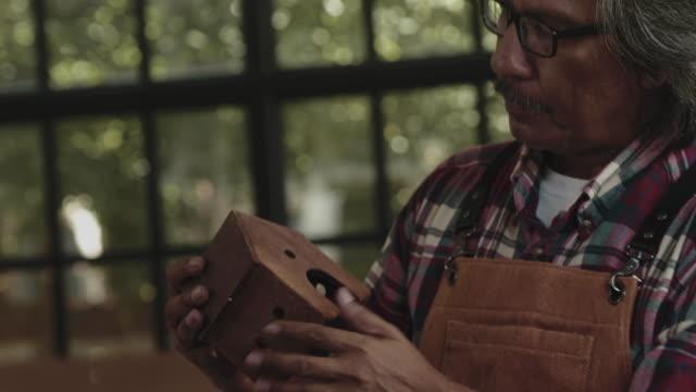 vidéos et rushes de mains d'un charpentier masculin - aboutissement