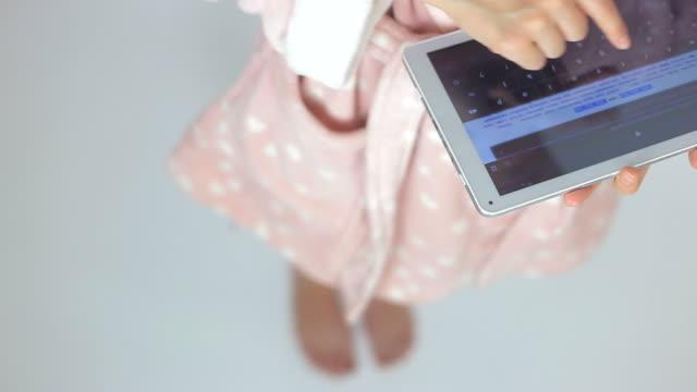 vídeos y material grabado en eventos de stock de manos de mujer con navegando en tableta digital. - en búsqueda