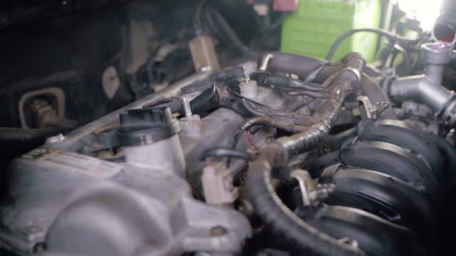vídeos y material grabado en eventos de stock de manos de auto mechanic pouring filling coolant en cool radiator en garaje. - nevera portátil