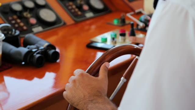 vidéos et rushes de mains du commandant de bord tournant le volant du navire de passagers - navire à voiles
