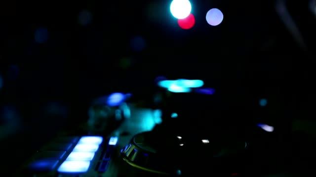 Hände von DJ zwicken verschiedenen Track-Steuerungen auf dj Deck Kamera atmen