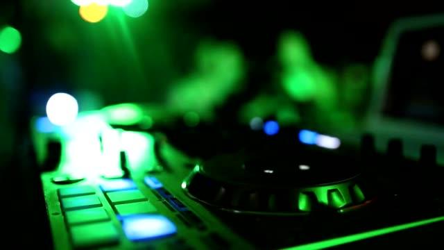 vídeos de stock, filmes e b-roll de mãos do dj ajustar vários controles de faixa no convés do dj, a câmera está respirando - loja de produtos eletrônicos