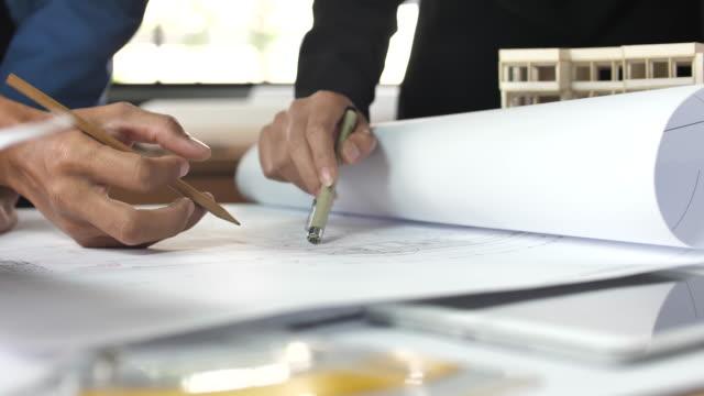 händerna på ingenjör diskussion om blueprint