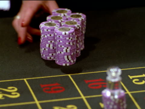 vídeos de stock, filmes e b-roll de hands of female dealer count out thirty-one thousand dollars in chips and slide them across poker table - pôquer
