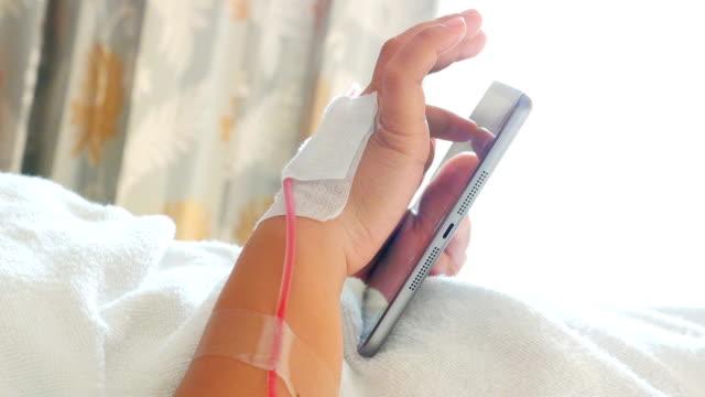 vídeos y material grabado en eventos de stock de manos del paciente utilizando tableta digital - vena humana