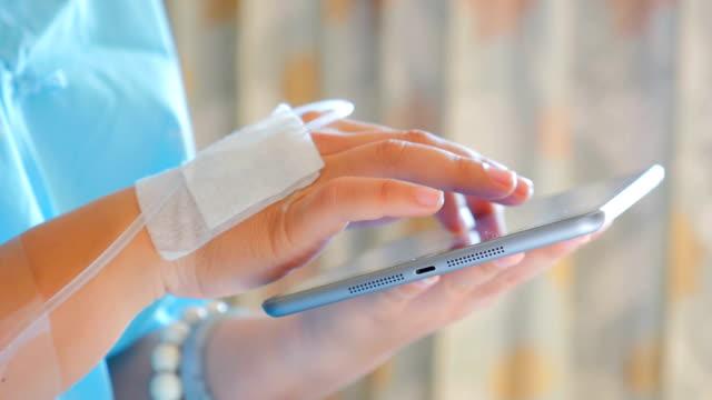 vidéos et rushes de mains du patient à l'aide de tablette numérique, gros plan - veine humaine