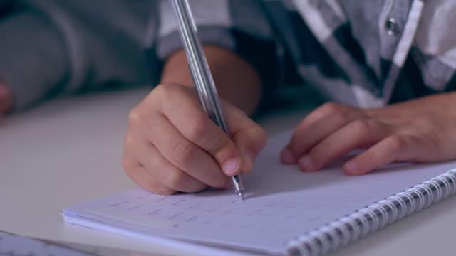 Händen der Prescooler, Nummern im Heft zu schreiben lernen