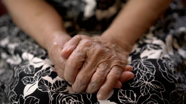 vídeos de stock e filmes b-roll de hands of senior asian woman waiting for help - solidão