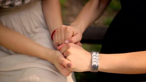 händerna på kvinna stödja hennes bästa vän - välbefinnande bildbanksvideor och videomaterial från bakom kulisserna