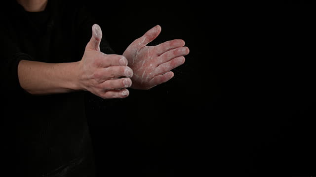 vídeos y material grabado en eventos de stock de hands of woman with talc, slow motion 4k - polvo de talco