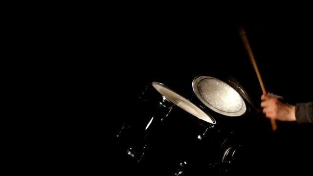 vídeos y material grabado en eventos de stock de manos tocando tambores-junge frau spielt schlagzeug - frau